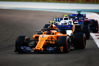 Stoffel Vandoorne, McLaren MCL33 leads Sergey Sirotkin, Williams FW41 and Brendon Hartley, Toro Rosso STR13
