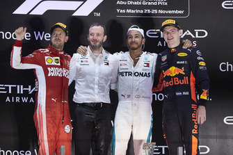 Sebastian Vettel, Ferrari, 2° classificato, Bradley Lord, direttore delle comunicazioni, Mercedes AMG, Lewis Hamilton, Mercedes AMG F1, 1° classificato, and Max Verstappen, Red Bull Racing, 3° classificato, sul podio