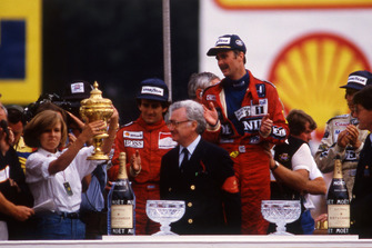 Podium: race winner Nigel Mansell, Williams, second place Nelson Piquet, Williams, third place Alain Prost, McLaren, Virginia Williams collects the Constructor's trophy