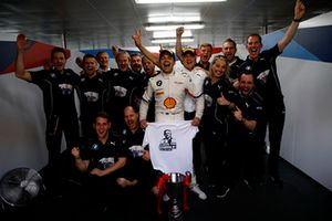 Race winner #42 BMW Team Schnitzer BMW M6 GT3: Augusto Farfus with the team