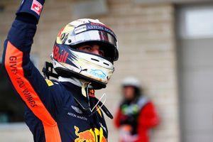 Daniel Ricciardo, Red Bull Racing, salue les fans