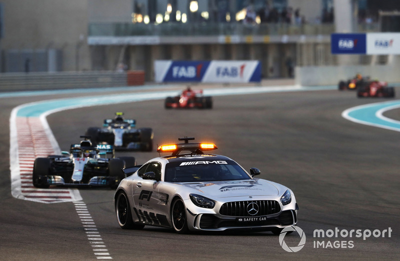 El Safety Car lidera a Lewis Hamilton, Mercedes AMG F1 W09 EQ Power +, y Valtteri Bottas, Mercedes AMG F1 W09 EQ Power +