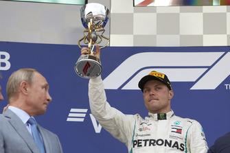 Valtteri Bottas, Mercedes AMG F1, sul podio, con il trofeo