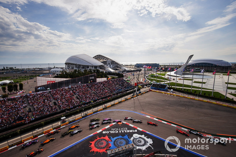 Valtteri Bottas, Mercedes AMG F1 W09, leads Lewis Hamilton, Mercedes AMG F1 W09, Sebastian Vettel, Ferrari SF71H, Kimi Raikkonen, Ferrari SF71H, Charles Leclerc, Sauber C37, Kevin Magnussen, Haas F1 Team VF-18, Esteban Ocon, Racing Point Force India VJM11, at the start of the race