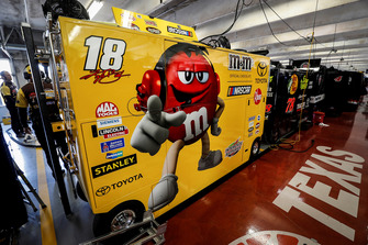 Kyle Busch, Joe Gibbs Racing, Toyota Camry M&M's, garage