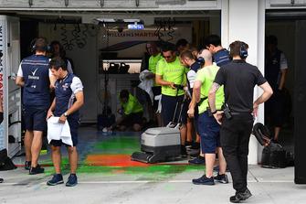 I meccanici Williams rimuovono la vernice aerodinamica dal pavimento del garage