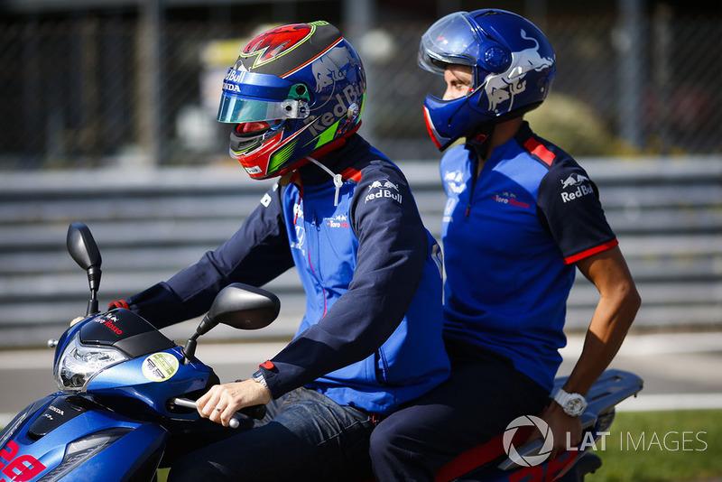 Brendon Hartley, Toro Rosso, in sella a uno scooter
