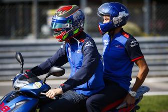 Brendon Hartley, Toro Rosso, sur un scooter