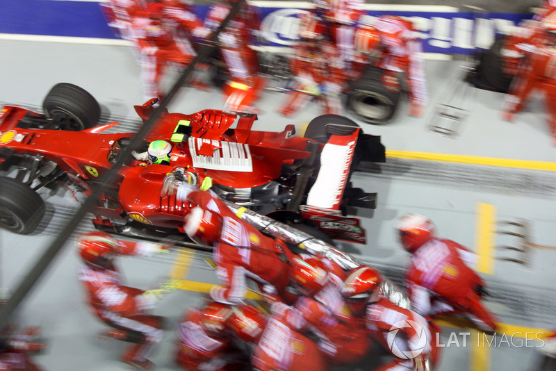 Arrêt au stand mouvementé pour Felipe Massa, Ferrari F2008