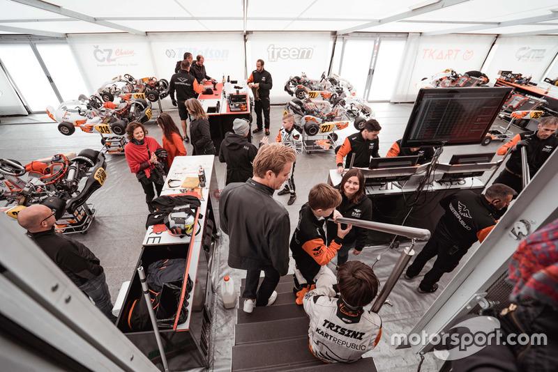 Nico Rosberg y Taylor Barnard visitan el Kart Republic team