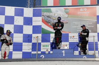 Podio Gara 1: il secondo classificato Simone Iaquinta, Ombra Racing, il vincitore della gara Gianmarco Quaresmini, Dinamic Motorsport, il terzo classificato Luca Segu, Ghinzani Arco Motorsport