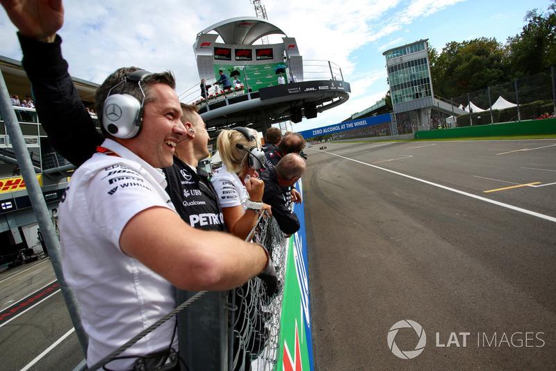 Miembros de Mercedes celebran la victoria de Lewis Hamilton, Mercedes AMG F1 W09