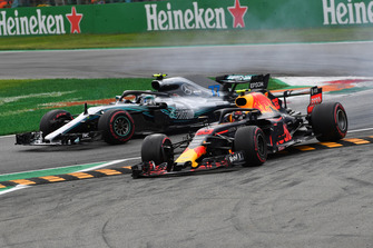 Valtteri Bottas, Mercedes AMG F1 W09, Daniel Ricciardo, Red Bull Racing RB14