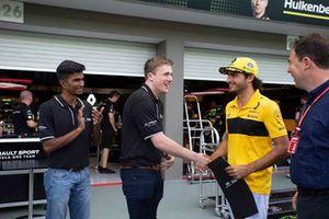 Infiniti Engineering Academy participants with James Allen and Carlos Sainz Jr., Renault Sport F1 Team