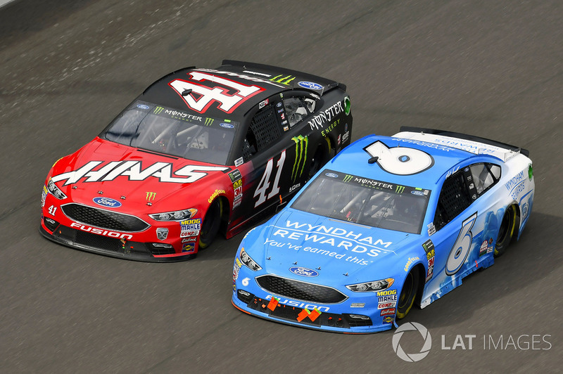 Kurt Busch, Stewart-Haas Racing, Ford Fusion Haas Automation/Monster Energy and Matt Kenseth, Roush Fenway Racing, Ford Fusion Wyndham Rewards