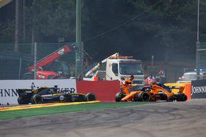 Nico Hulkenberg, Renault Sport F1 Team R.S. 18, crashes into Fernando Alonso, McLaren MCL33, at the start. Marshals come to the aid of Fernando Alonso
