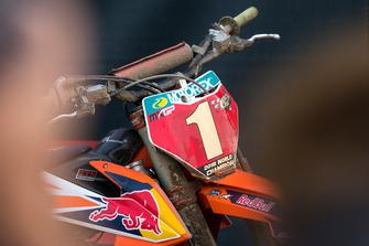 Gouden plaat op de motorfiets van Jeffrey Herlings, Red Bull KTM Factory Racing