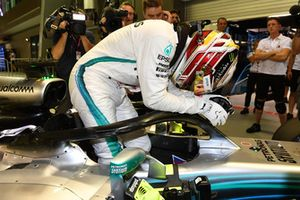 Il poleman Lewis Hamilton, Mercedes-AMG F1 W09 EQ Power+, festeggia nel parco chiuso