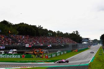 Sergio Perez, Racing Point Force India VJM11, devant Brendon Hartley, Toro Rosso STR13