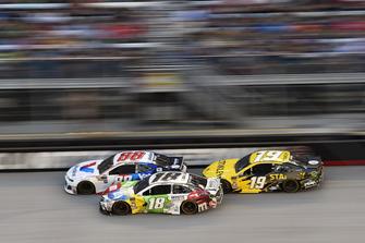 Kyle Busch, Joe Gibbs Racing, Toyota Camry M&M's White Chocolate e Daniel Suarez, Joe Gibbs Racing, Toyota Camry STANLEY