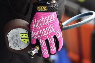 Dettagllio del guanto di un membro delle crew di Jimmie Johnson, Hendrick Motorsports, Chevrolet Camaro Lowe's for Pros