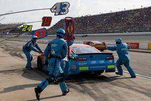 Darrell Wallace Jr., Richard Petty Motorsports, Chevrolet Camaro Medallion Bank / Petty's Garage, pit stop