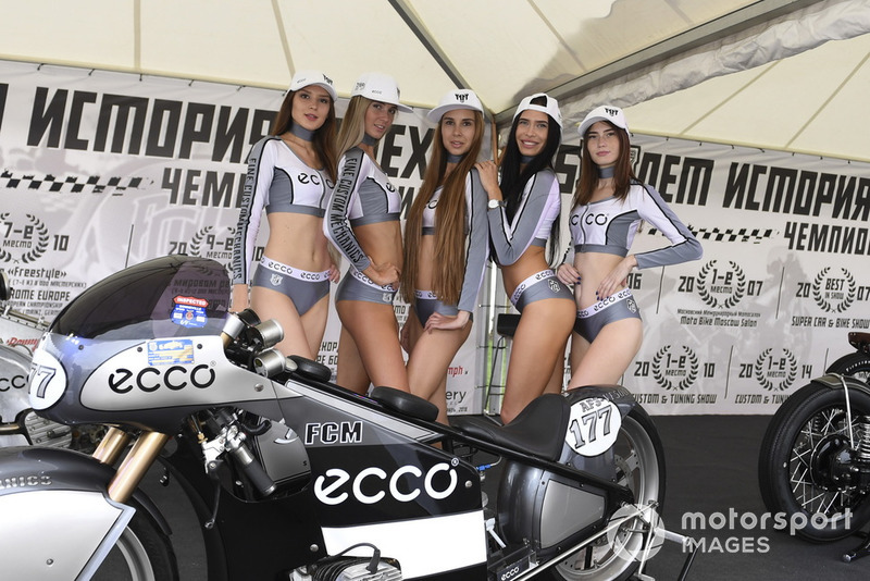 Chicas y una moto