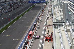 Esteban Ocon, Racing Point Force India VJM11 et Kimi Raikkonen, Ferrari SF71H dans la voie des stands