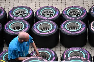 Un mécanicien Mercedes AMG F1 avec des pneus Pirelli