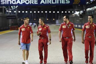 Sebastian Vettel, Ferrari fait le tour du circuit en marchant