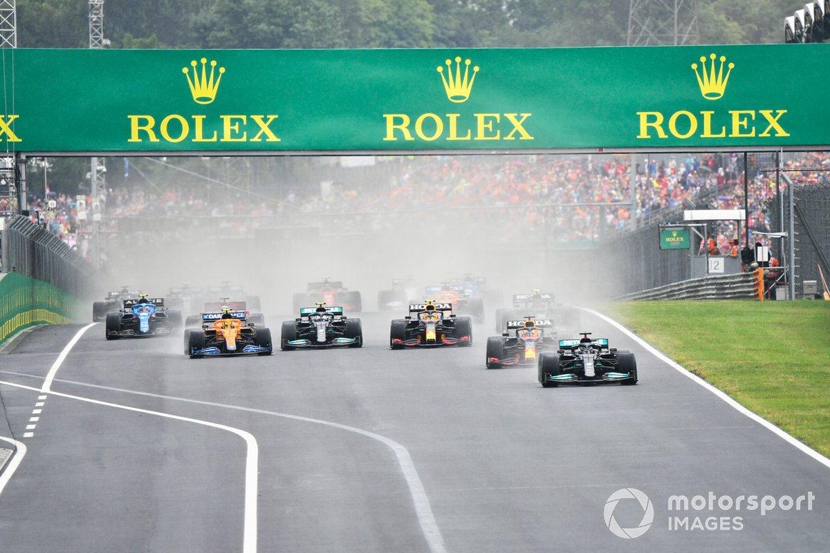 Lewis Hamilton, Mercedes W12, Sergio Perez, Red Bull Racing RB16B, Valtteri Bottas, Mercedes W12, Lando Norris, McLaren MCL35M e il resto delle auto alla partenza
