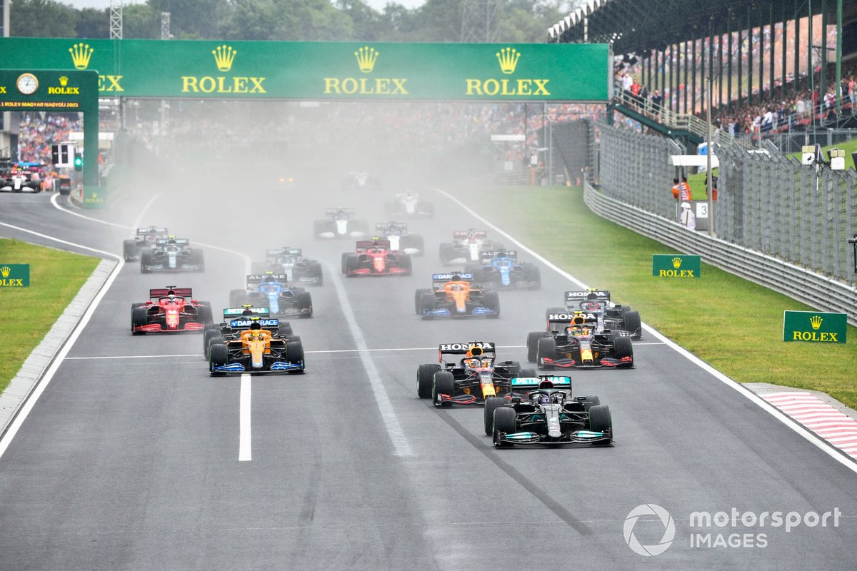 Lewis Hamilton, Mercedes W12 Max Verstappen, Red Bull Racing RB16B, Lando Norris, McLaren MCL35M y Valtteri Bottas, Mercedes W12 al inicio de la carrera