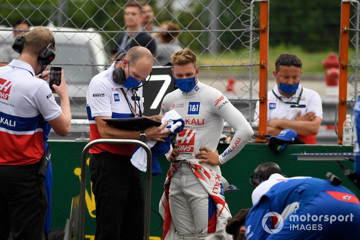 Mick Schumacher, Haas F1, con un ingeniero en la parrilla