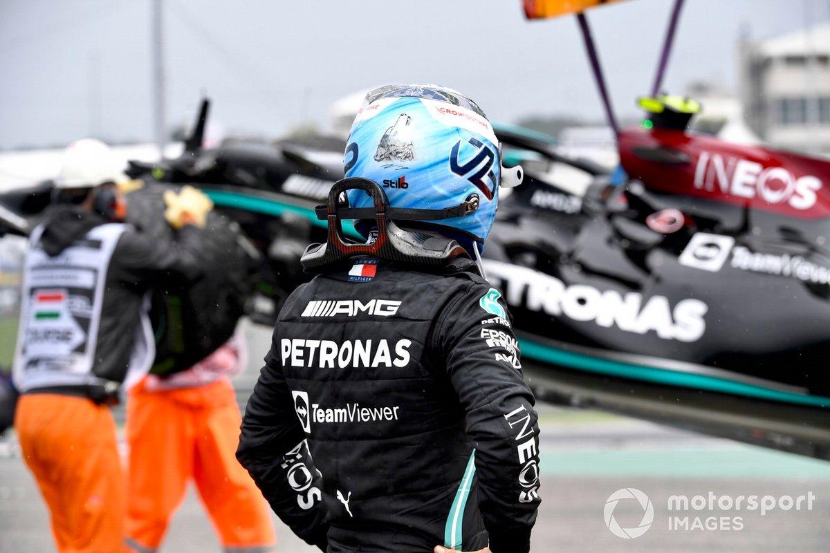 Valtteri Bottas, de Mercedes, se aleja de su coche dañado tras chocar en la salida