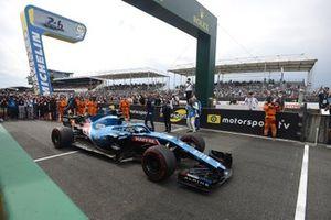 Fernando Alonso begint aan een demonstratierondje op het Circuit de la Sarthe