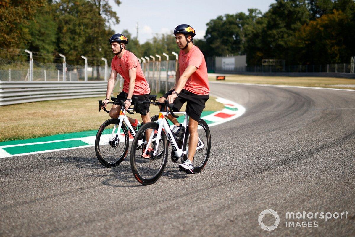 Max Verstappen y Sergio Pérez (Red Bull Racing RB16B) en bicicleta durante el track-walk.