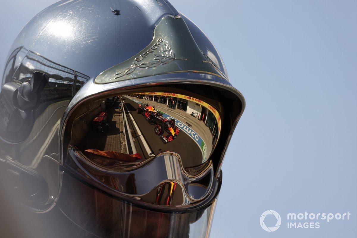 Max Verstappen, Red Bull Racing RB16B, reflejado en un casco de bomberos