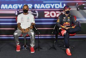 Ganador de la pole, Lewis Hamilton, de Mercedes, y Max Verstappen, de Red Bull Racing en la conferencia de prensa