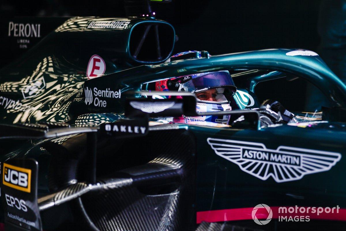 Sebastian Vettel, Aston Martin AMR21, nel garage
