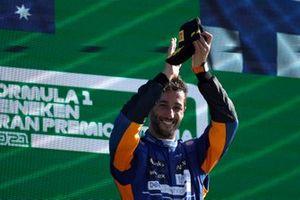 Daniel Ricciardo, McLaren, 1e positie, viert feest op het podium