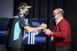 Valentino Rossi, Petronas Yamaha SRT schudt handen met Carmelo Ezpeleta, Dorna CEO