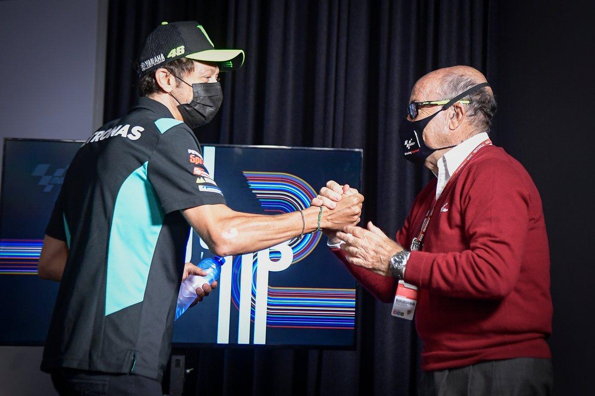 Valentino Rossi, Petronas Yamaha SRT estrecha la mano de Carmelo Ezpeleta, CEO de Dorna