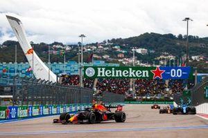 Sergio Perez, Red Bull Racing RB16B, Fernando Alonso, Alpine A521