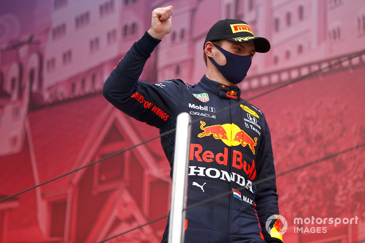 Max Verstappen, Red Bull Racing, secondo classificato, arriva sul podio