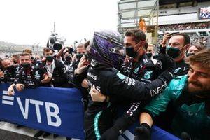 Lewis Hamilton, Mercedes, 1e positie, viert feest met zijn team in Parc Ferme