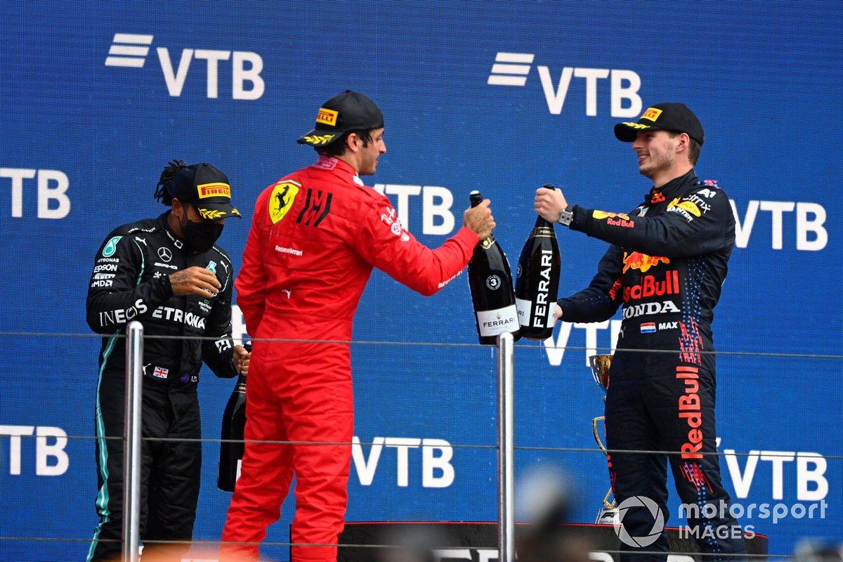 Carlos Sainz Jr., Ferrari, terzo classificato, e Max Verstappen, Red Bull Racing, secondo classificato, si congratulano a vicenda sul podio