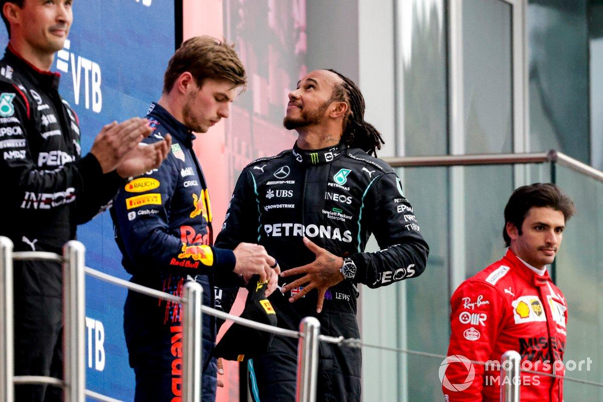 Max Verstappen, Red Bull Racing, 2a posizione, Lewis Hamilton, Mercedes, 1a posizione, e Carlos Sainz Jr, Ferrari, 3a posizione, sul podio