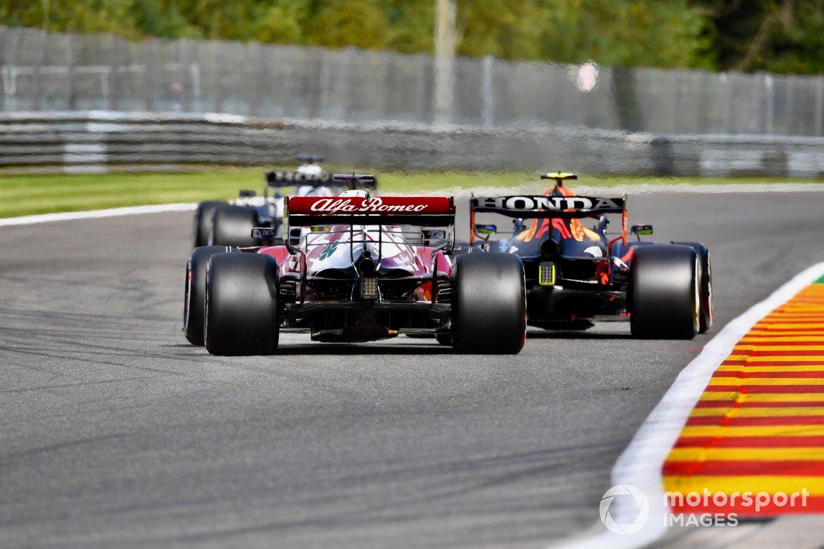 Sergio Pérez, Red Bull Racing RB16B, Kimi Raikkonen, Alfa Romeo Racing C41