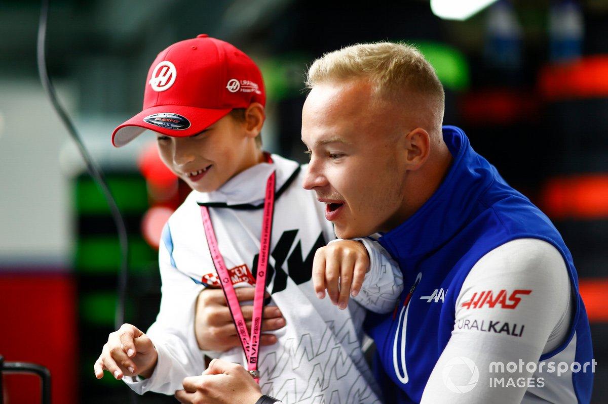 Nikita Mazepin, de Haas F1, con un joven invitado