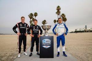 Los aspirantes al campeonato Josef Newgarden, Team Penske Chevrolet, Patricio O'Ward, Arrow McLaren SP Chevrolet, Alex Palou, Chip Ganassi Racing Honda con el trofeo de la Copa Astor